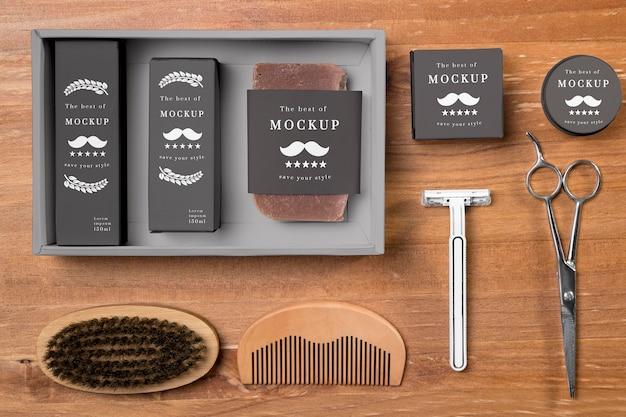 Вид сверху на набор для ухода за бородой с ножницами и расческой