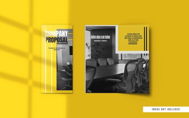 Вид сверху на макеты брошюры и каталога, сложенные в два раза
