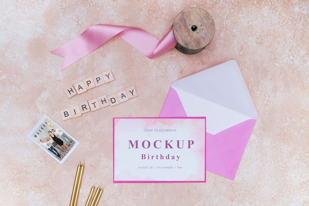 Вид сверху на день рождения конверт с лентой и открыткой