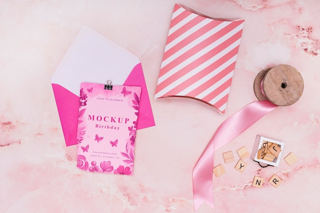 Вид сверху макета подарка на день рождения с картой и конвертом