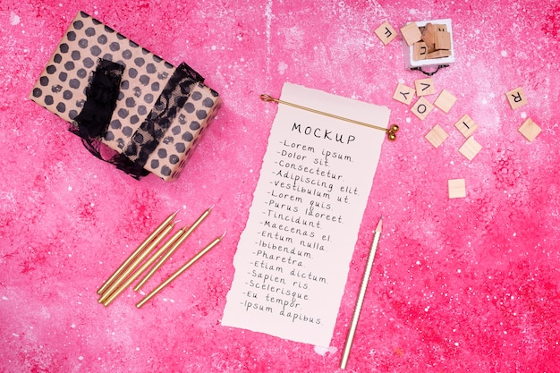 Вид сверху на подарок на день рождения с лентой и открыткой