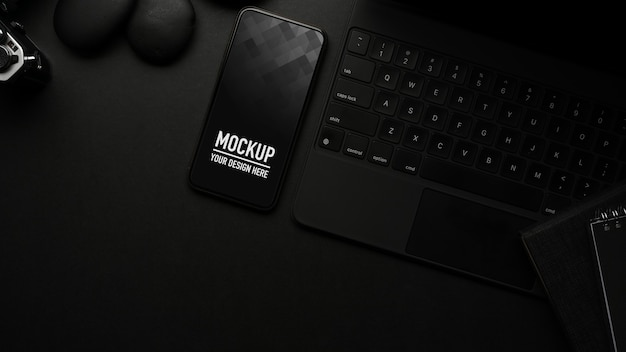 スマートフォンのモックアップと黒いテーブルの上面図
