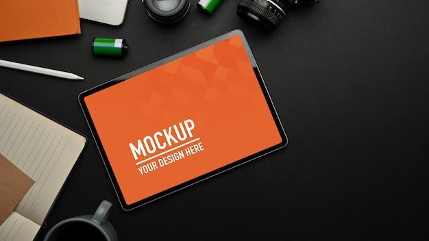 タブレットのモックアップと黒いテーブルの上面図