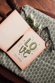 メガネとペンが付いている本のトップビュー