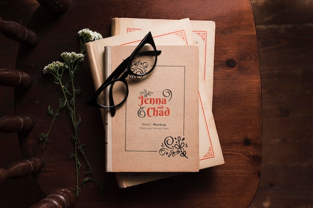 Вид сверху книг на стуле в очках