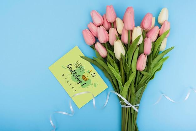 Вид сверху на букет тюльпанов на день рождения