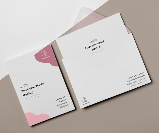 Визитная карточка с шрифтом брайля и конвертом, вид сверху