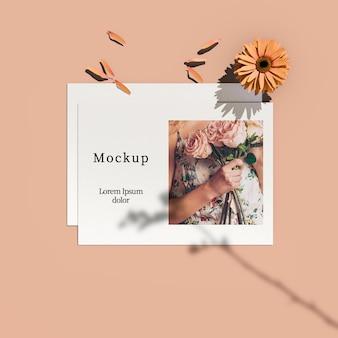 花と花びらを持つカードのトップビュー