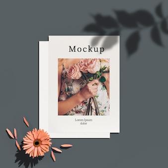 葉の影と花を持つカードのトップビュー