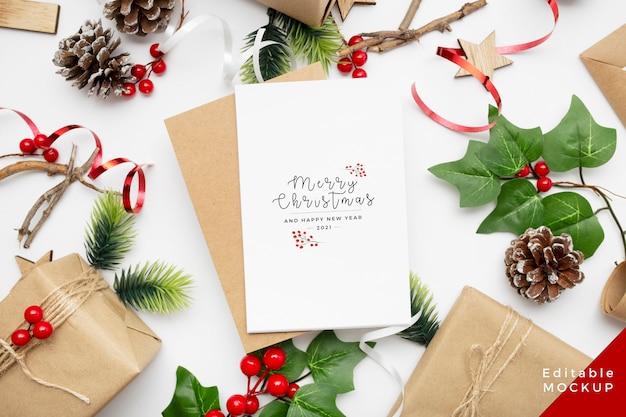 Вид сверху рождественской композиции с подарочной коробкой