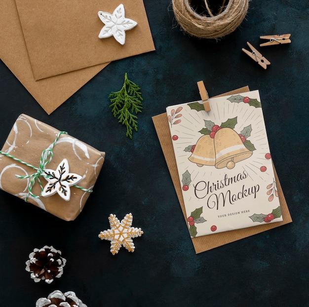 Вид сверху рождественских поделок с подарком