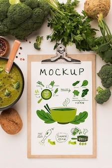 スープのボウルとクリップボードの上面図