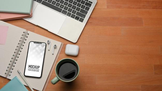 Вид сверху на кофейную кружку и макет телефона