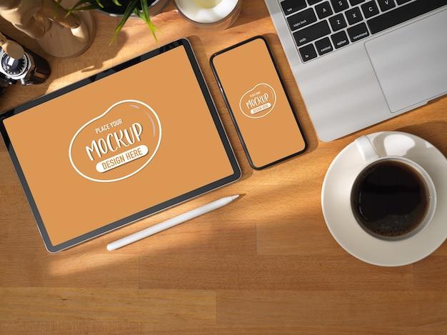 タブレットとスマートフォンのモックアップを備えた快適な作業テーブルの平面図