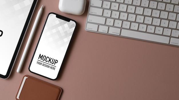 スマートフォンのモックアップとコンピュータデスクの上面図