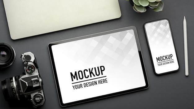 スマートフォンとタブレットのモックアップで創造的なフラットレイワークスペースの上面図