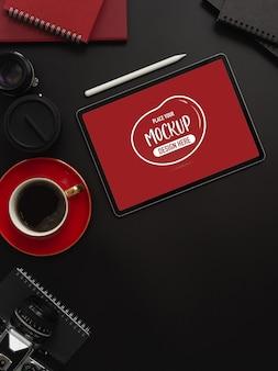 Вид сверху темного роскошного рабочего пространства с макетом планшета с чашкой кофе и копией пространства