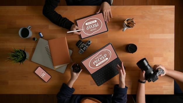 장치 모형을 사용한 프로젝트에 대한 디자이너 팀 브리핑의 상위 뷰