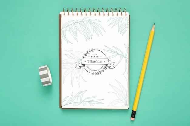 鉛筆とノートで机の表面のトップビュー
