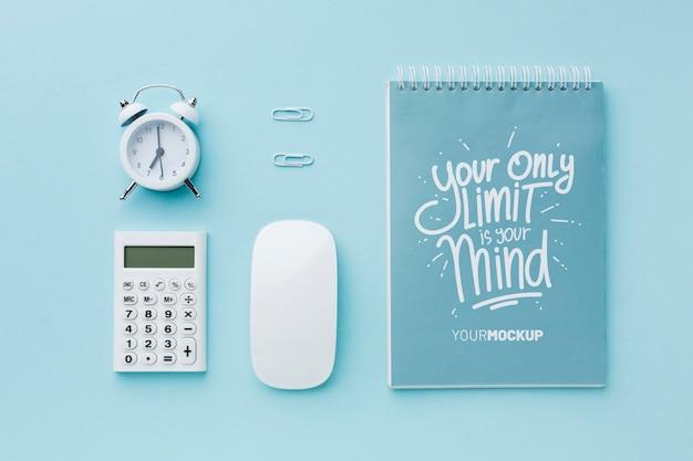 ノートとマウスが付いている机の上から見る