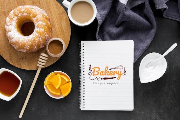 Вид сверху пончики с кофе и фруктами