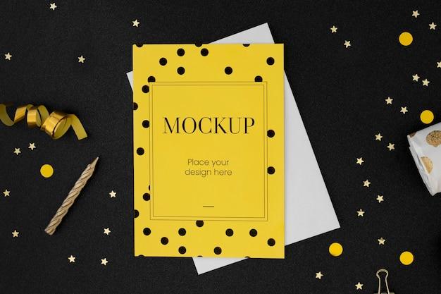 Вид сверху на элегантный макет поздравительной открытки