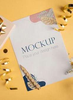 Вид сверху элегантной поздравительной открытки с лентой и свечой