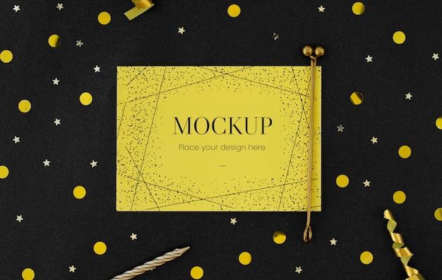 Вид сверху элегантной поздравительной открытки с лентой
