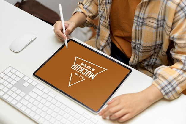 디지털 태블릿 모형으로 작업하는 여성 프리랜서의 상위 뷰