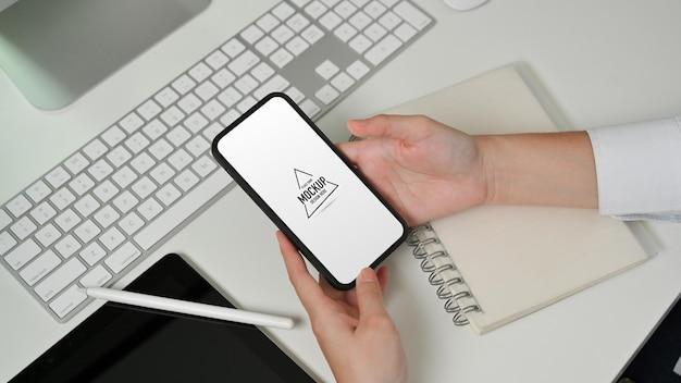 スマートフォンを使用して女性の手の上面図