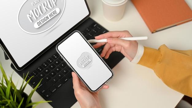スマートフォンで作業する女性の手の上面図