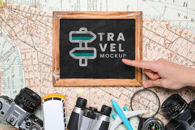 Вид сверху на макет рамы с другими предметами для путешествий