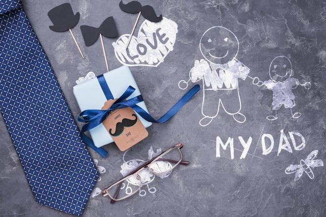 아버지의 날 선물 및 넥타이와 안경의 상위 뷰