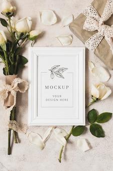 バラの花束とギフトモックアップの上面図