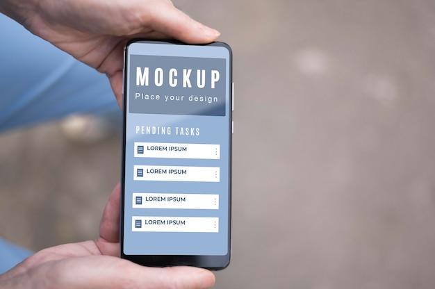 Вид сверху на руки, держащие бизнес-смартфон