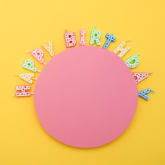 Вид сверху свечей с днем рождения для празднования годовщины