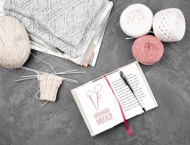 Вид сверху на макет концепции вязания