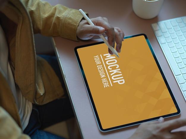 컴퓨터 책상에 디지털 태블릿 모형을 사용하는 남성 회사원의 상위 뷰