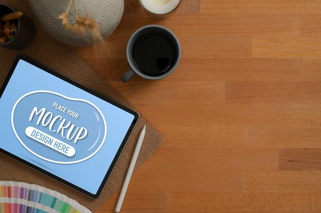 Вид сверху макета цифрового планшета, кофейной кружки, принадлежностей, украшения и копировального пространства на деревянном столе
