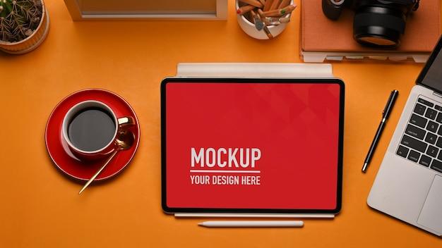 モックアップテーブルモックアップ、ラップトップ、コーヒーカップ、消耗品の上面図 Premium Psd