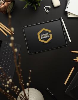 편지지, 용품 장식 및 블랙 테이블에 복사 공간으로 태블릿을 모의 상위 뷰