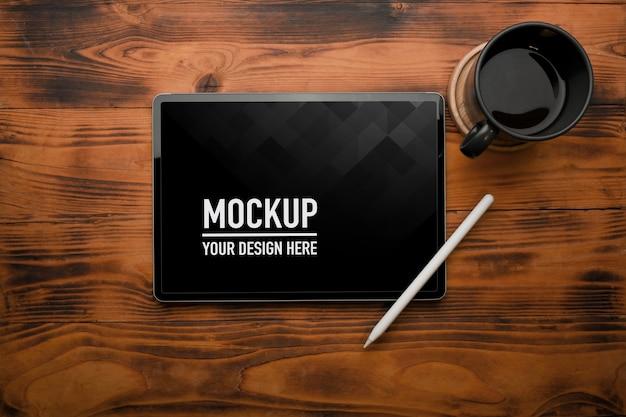 모형 디지털 태블릿 스타일러스 펜과 커피 컵의 상위 뷰