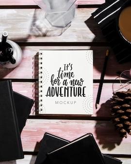 メガネとコーヒーの机の上のノートのトップビュー