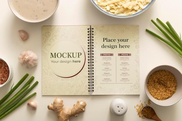 クリスマス料理とチャイブとノートブックの上面図