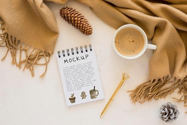 コーヒーとスカーフとノートブックの上面図