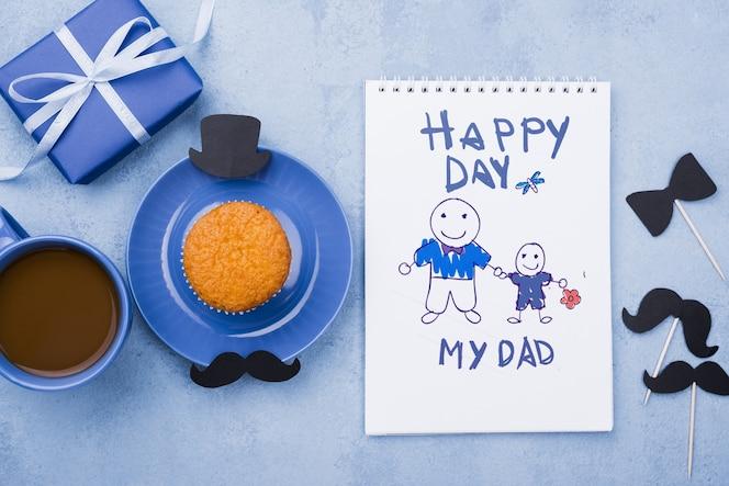 아버지의 날 선물과 컵 케이크와 메모장의 상위 뷰