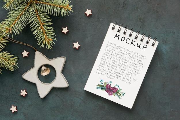 가문비 나무 가지와 크리스마스 장식품 메모장의 상위 뷰