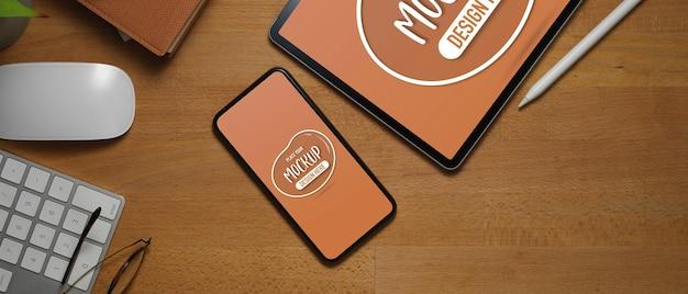 スマートフォン、タブレットのモックアップとオフィスデスクのトップビュー