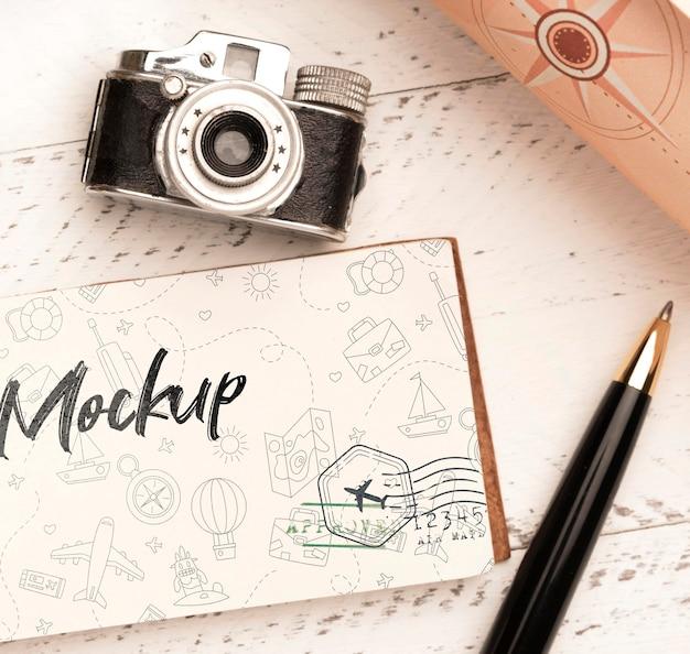 旅行用のペンとカメラと紙の上面図