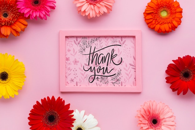 Вид сверху розовой рамке макета с цветами